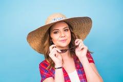 Retrato de la mujer hermosa en sombrero en espacio azul del fondo y de la copia Foto de archivo libre de regalías