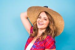 Retrato de la mujer hermosa en sombrero en espacio azul del fondo y de la copia Imágenes de archivo libres de regalías