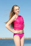 Retrato de la mujer hermosa en traje de baño rosado en la playa Imagenes de archivo