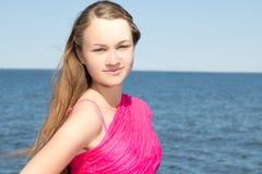 Retrato de la mujer hermosa en traje de baño rosado en la playa Fotos de archivo libres de regalías