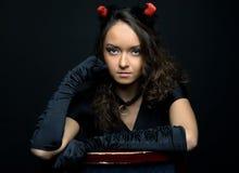 Retrato de la mujer hermosa en traje del diablo Fotografía de archivo libre de regalías