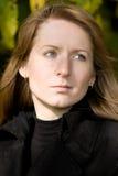 Retrato de la mujer hermosa en un parque. #2 Foto de archivo