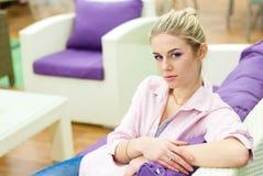 Retrato de la mujer hermosa en un sofá Imagen de archivo
