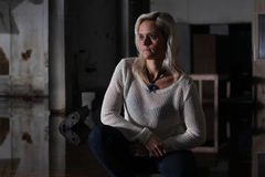 Retrato de la mujer hermosa en una fábrica abandonada con la reflexión Imagen de archivo libre de regalías