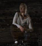 Retrato de la mujer hermosa en una fábrica abandonada en la reflexión Imágenes de archivo libres de regalías