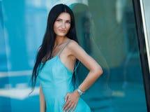 Retrato de la mujer hermosa joven al aire libre Foto de archivo