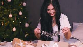 Retrato de la mujer hermosa joven con el árbol adornado ` S Eve del Año Nuevo metrajes