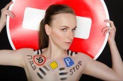 Retrato de la mujer hermosa joven con las señales de tráfico Fotografía de archivo libre de regalías