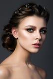 Retrato de la mujer hermosa joven con maquillaje y coiffur nupciales Imágenes de archivo libres de regalías