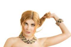 Retrato de la mujer hermosa joven con un collar Foto de archivo