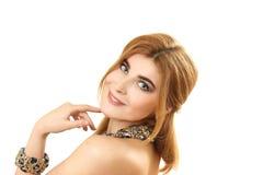 Retrato de la mujer hermosa joven con un collar Imagen de archivo libre de regalías