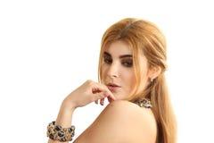 Retrato de la mujer hermosa joven con un collar Imagenes de archivo