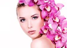 Retrato de la mujer hermosa joven con una piel limpia sana de t Foto de archivo libre de regalías