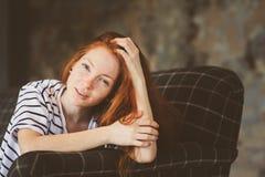 Retrato de la mujer hermosa joven del pelirrojo que se relaja en casa en el otoño Foto de archivo