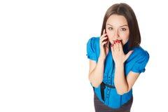 Retrato de la mujer hermosa joven en llamada de teléfono Foto de archivo