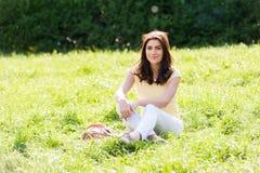 Retrato de la mujer hermosa joven en parque de la ciudad del verano Fotografía de archivo