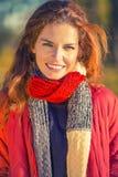 Retrato de la mujer hermosa joven en parque del otoño Imagenes de archivo