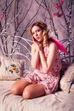 Retrato de la mujer hermosa joven en traje del ángel con triunfo rosado Fotos de archivo