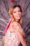 Retrato de la mujer hermosa joven en traje del ángel con triunfo rosado Imágenes de archivo libres de regalías
