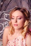 Retrato de la mujer hermosa joven en traje del ángel con triunfo rosado Imagenes de archivo