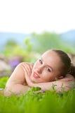 Retrato de la mujer hermosa joven que miente en hierba Foto de archivo