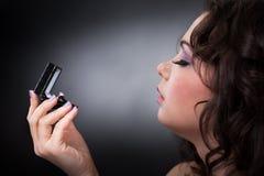 Mujer joven que mira el anillo de bodas Foto de archivo libre de regalías