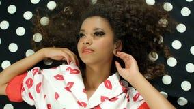 Retrato de la mujer hermosa negra joven que presenta en modelo de lunares blanco y negro almacen de video