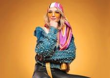 Retrato de la mujer hermosa pensativa que lleva la ropa colorida fotos de archivo libres de regalías