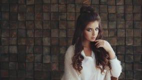 Retrato de la mujer hermosa pensativa tranquila metrajes