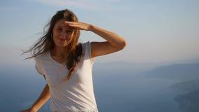 Retrato de la mujer hermosa que se opone a sunlights almacen de metraje de vídeo