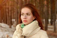 Retrato de la mujer hermosa que se relaja en puesta del sol en bosque de la primavera Fotografía de archivo