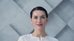 Retrato de la mujer hermosa que sonríe en cámara metrajes