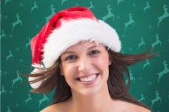 Retrato de la mujer hermosa que sonríe en la cámara Fotos de archivo libres de regalías