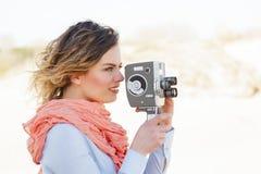 Retrato de la mujer hermosa que sostiene la cámara del vintage 8m m foto de archivo
