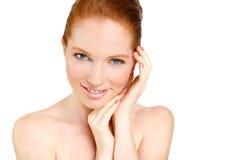 Retrato de la mujer hermosa que toca su cara. Mujer con la piel limpia fresca, cara hermosa. Belleza natural pura. Piel perfecta.  Foto de archivo libre de regalías