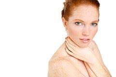 Retrato de la mujer hermosa que toca su cara. Mujer con la piel limpia fresca, cara hermosa. Belleza natural pura. Piel perfecta.  Fotografía de archivo libre de regalías