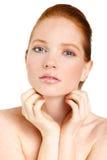 Retrato de la mujer hermosa que toca su cara. Mujer con la piel limpia fresca, cara hermosa. Belleza natural pura. Piel perfecta.  Fotos de archivo libres de regalías