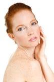 Retrato de la mujer hermosa que toca su cara. Mujer con la piel limpia fresca, cara hermosa. Belleza natural pura. Piel perfecta.  Imagen de archivo