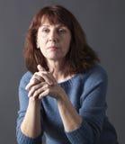 Retrato de la mujer hermosa 50s que parece serena Foto de archivo