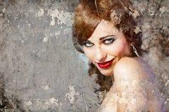 Retrato de la mujer hermosa sobre la pared sucia, arte de la calle imágenes de archivo libres de regalías