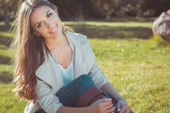Retrato de la mujer hermosa sonriente Fotos de archivo libres de regalías