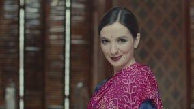 Retrato de la mujer india del estilo que baja tímido ojos metrajes