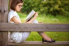 Retrato de la mujer ingeniosa joven con el libro Fotos de archivo libres de regalías