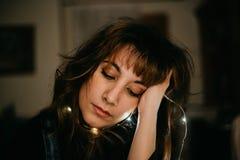 Retrato de la mujer joven aburrida con las luces llevadas fotos de archivo