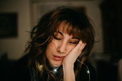 Retrato de la mujer joven aburrida con las luces llevadas imágenes de archivo libres de regalías