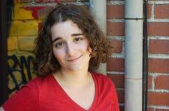 Retrato de la mujer joven, adolescente fuera de la pared de la pintada Foto de archivo libre de regalías