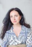 Retrato de la mujer joven aislado en blanco Foto de archivo libre de regalías