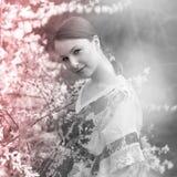 Retrato de la mujer joven al aire libre Foto de archivo