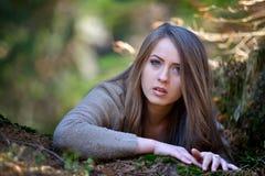 Retrato de la mujer joven al aire libre Foto de archivo libre de regalías