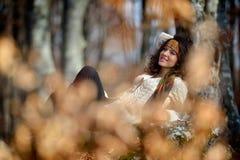 Retrato de la mujer joven al aire libre Imagenes de archivo